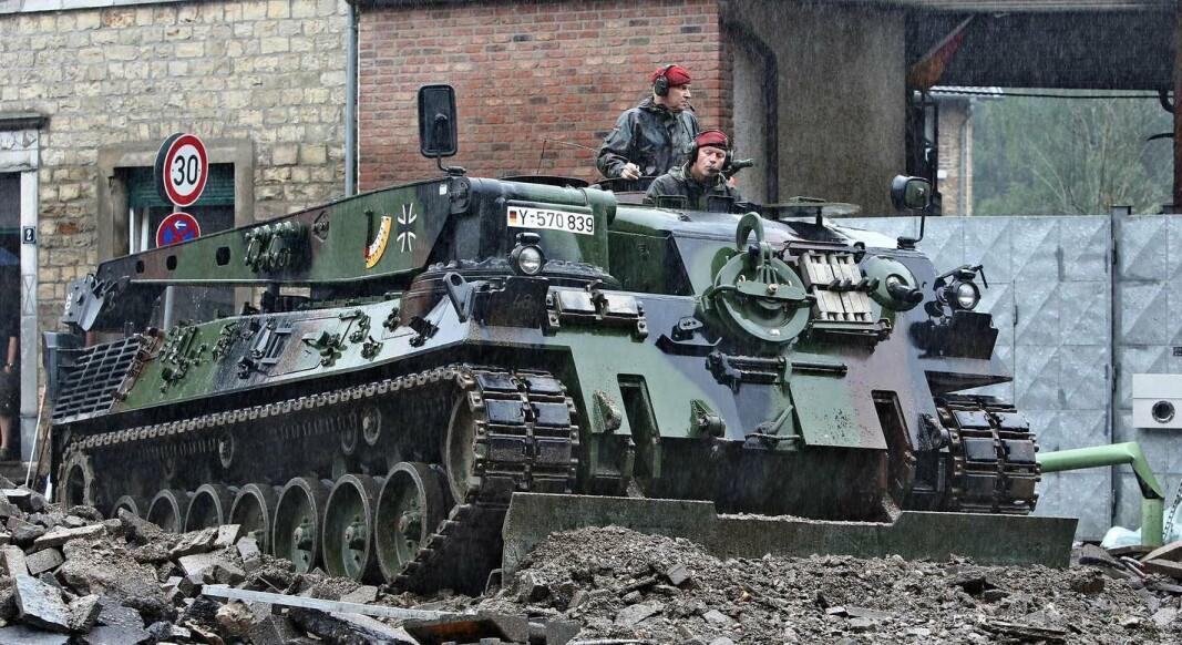 RYDDER: Et pansret kjøretøy fjerner jordmasser i etterkant av flommen som hovedsaklig rammet de vestlige delene av Tyskland.