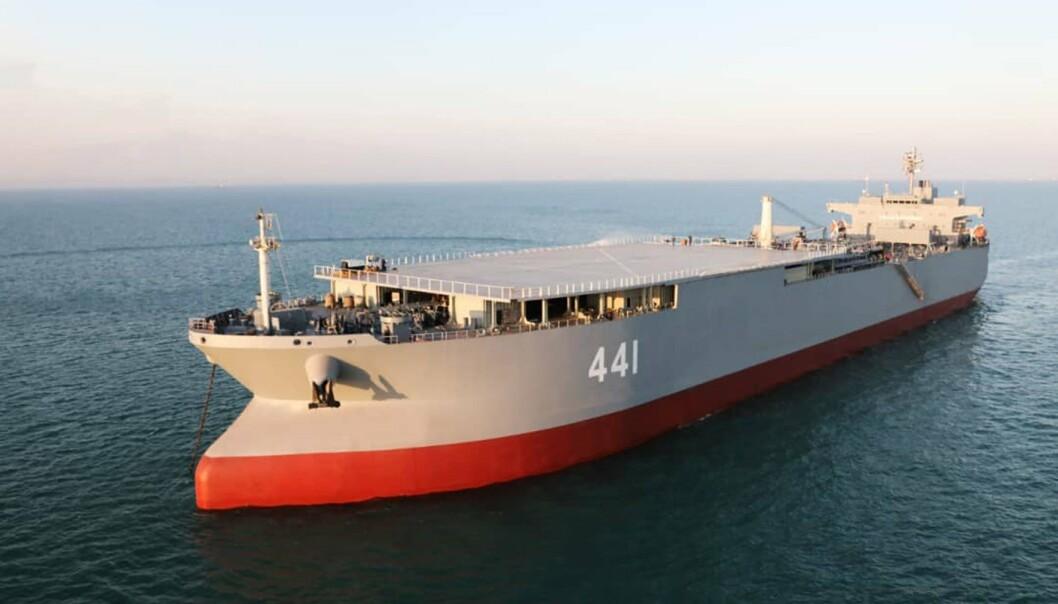 TIDLIGERE OLJETANKER: Den ombygde oljetankeren Makran og en iransk fregatt seiler gjennom Den engelske kanal.