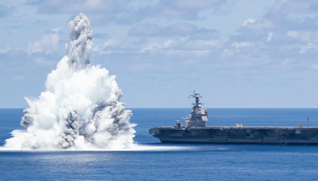 EKSLOSJON: Slik ser det ut når 18 tonn med eksplosiver detoneres like ved hangarskipet USS Gerald Ford.