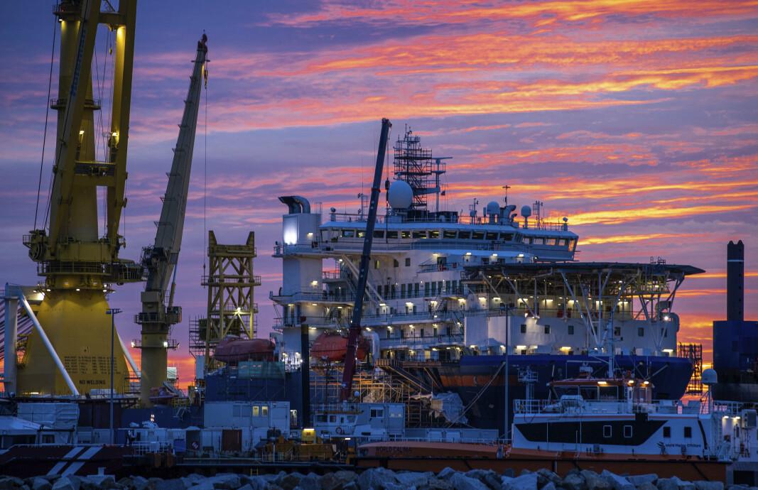 RØRLEGGER: Det russiske skipet Akademik Tsjerskij, som blir brukt til å legge rørledningen Nord Stream 2, fotografert i Mukran i Tyskland i 2020.
