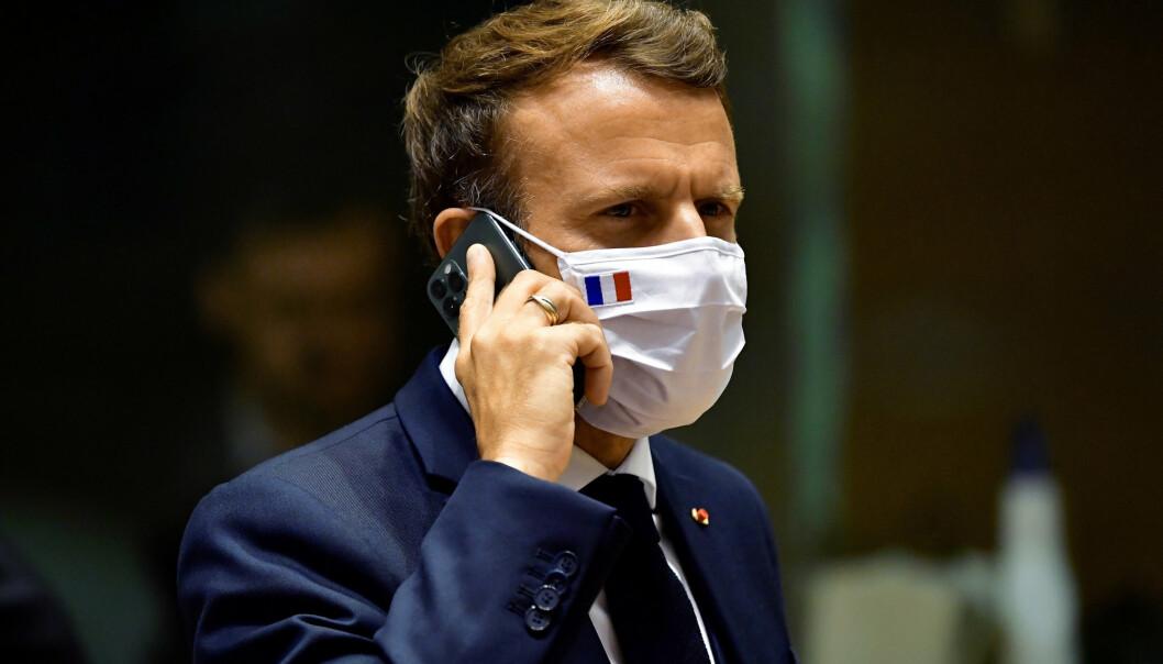 Den franske presidenten Emmanuel Macron snakker i mobilen under et møte på et EU-toppmøte i Brussel.