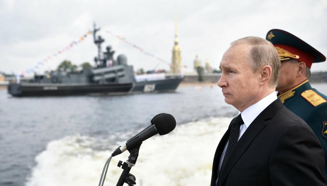 PARADE: Russlands president Vladimir Putin deltar på paraden i Sankt Petersburg i 2017.