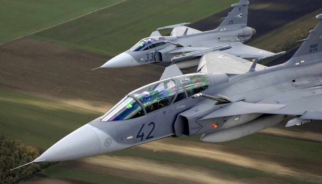 GRIPEN: Offisielt var svenske JAS Gripen en konurrant til amerikanske F-35. Disse to tilhører de ungarske luftforsvaret.