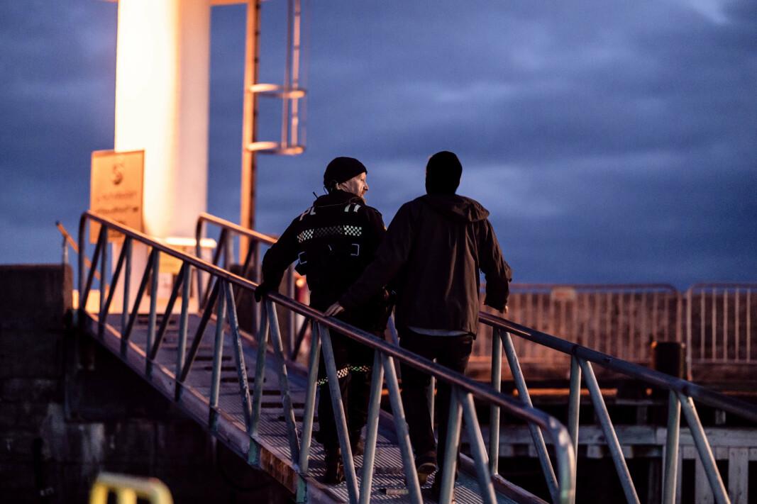 KONTROLL: Vi er med en natt på patrulje med Kystvakten og politiet under Molde Jazzfestival. En mann ble tatt med over to i promille da han skulle kjøre båten sin hjem fra Moldejazzen, men kom ikke langt ut av havnen før han måtte gå i land med politiet.
