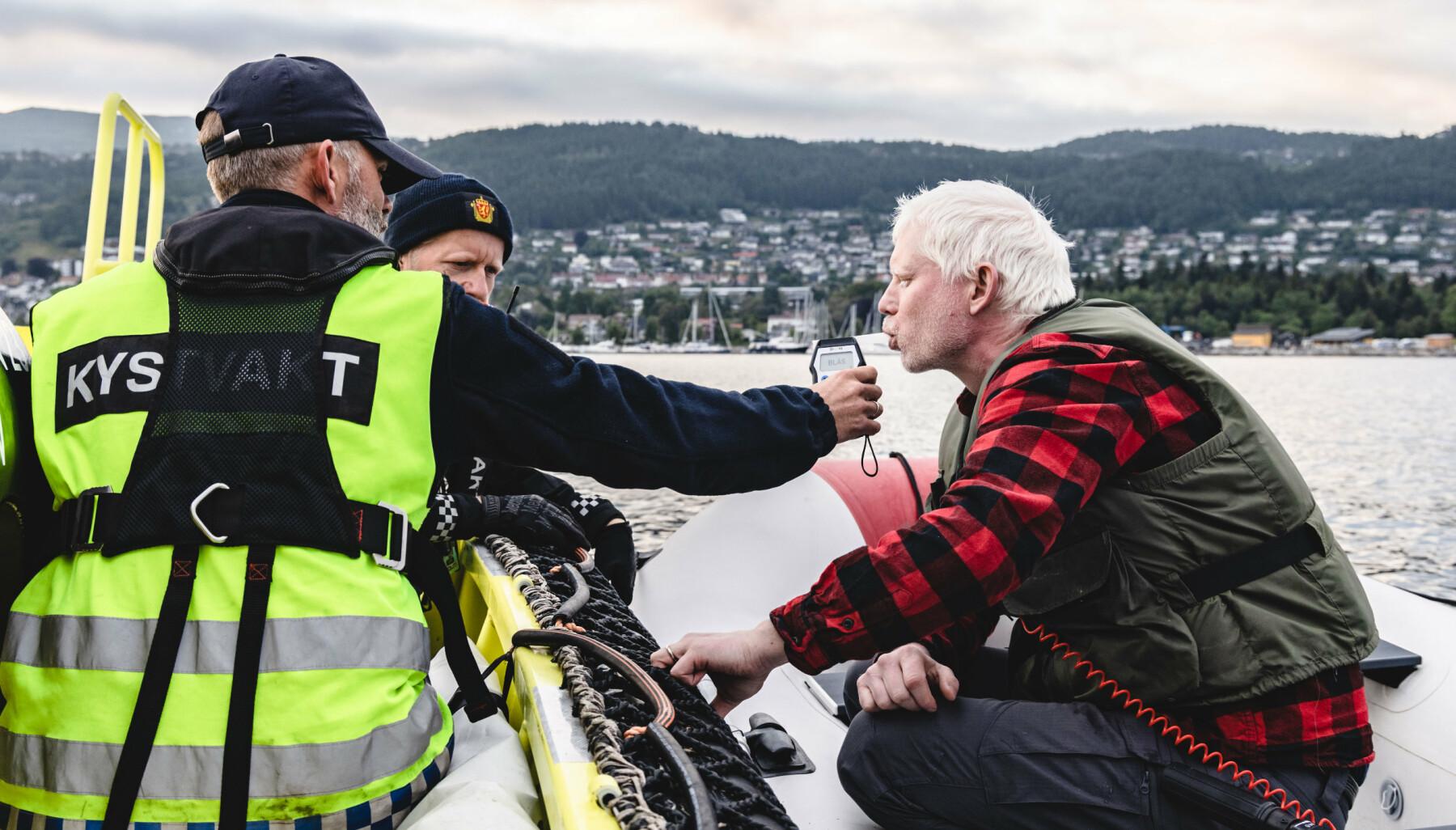 Vi er med en natt på patrulje med kystvakten og politiet under Molde Jazzfestival. NK Jørgen Wallem, ORB (operasjonsbefal) Magnus Hvistendahl og Per Olav Halseber fra politiet.