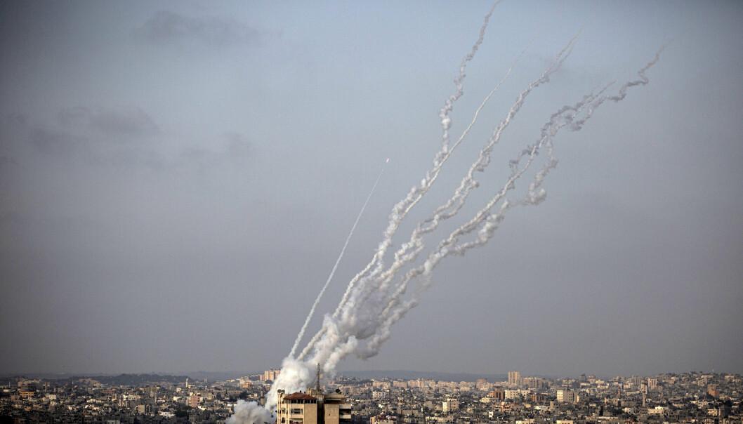 KONFLIKT: Israel har angrepet mål sør på Gazastripen natt til mandag, som et svar på brannballonger fra palestinsk side. Bildet viser et rakettangrep mot Israel den 10. mai i år.