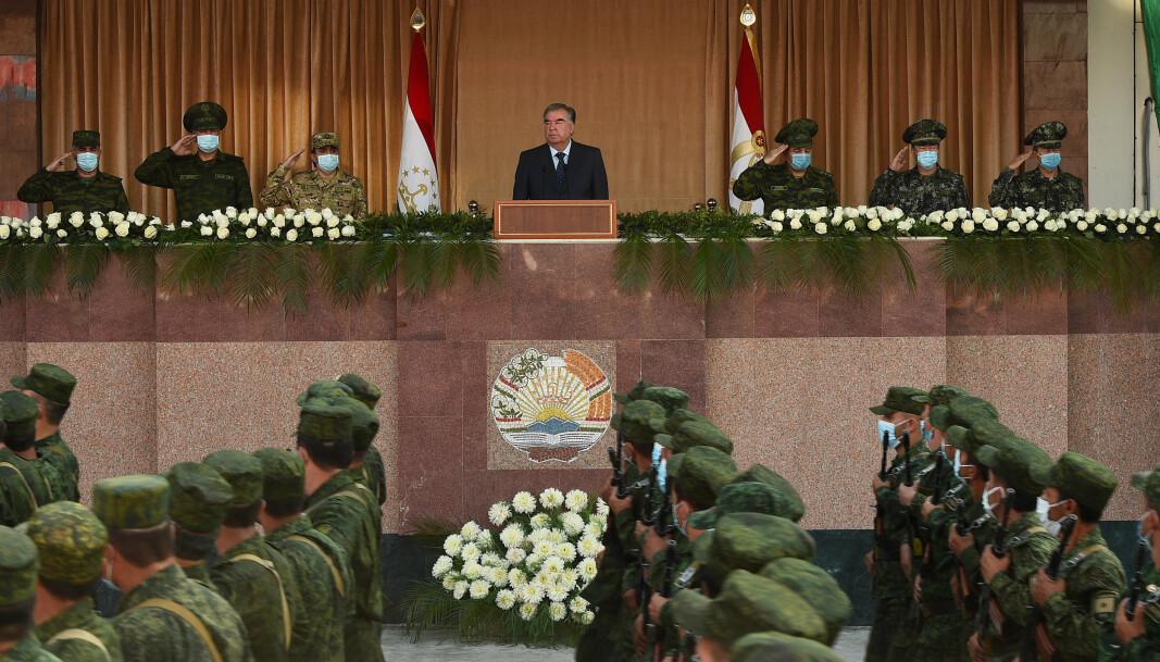 INSPISERER: President Emomali Rahmon inspiserer de militære styrkene under militærparaden.