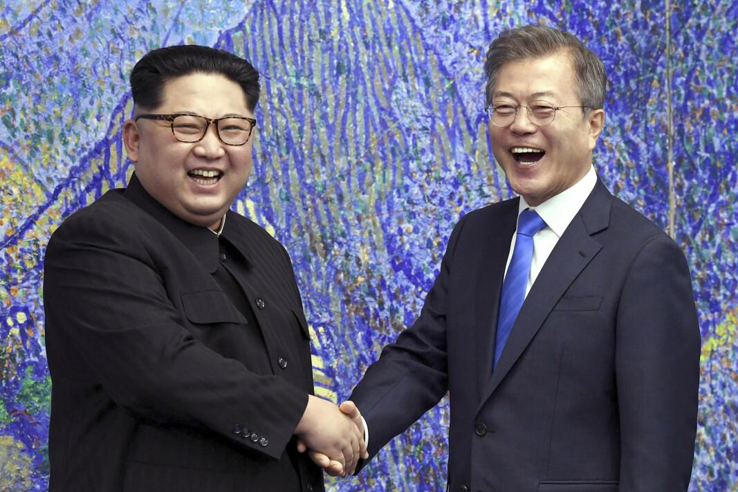 SNAKKER SAMMEN: Nord-Koreas president Kim Jong-un under et møte med Sør-Koreas president Moon Jae-in i april 2018.
