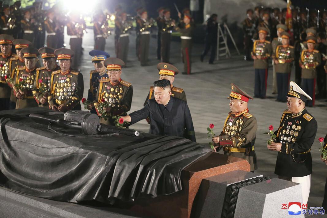 BLOMST: Kim Jong-un la ned en blomst for de falne i Korea-krigen.