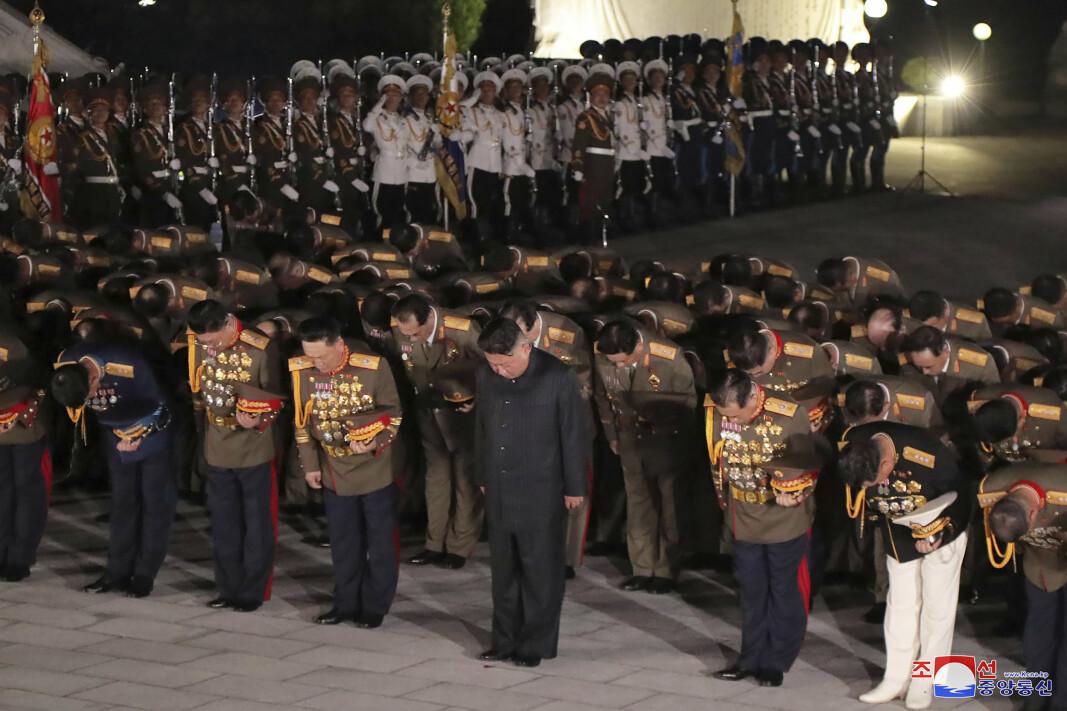 HEDRET DE FALNE: Kim Jong-un under besøket på Gravplassen for martyrene fra fedrelandets frigjøringskrig.