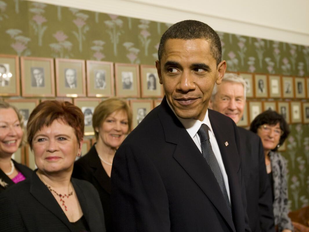 PRISVINNER: Fredsprisvinner og president Barack Obama sammen med Nobelkomiten noen timer før han mottok Nobels fredspris i Oslo rådhus i 2009.