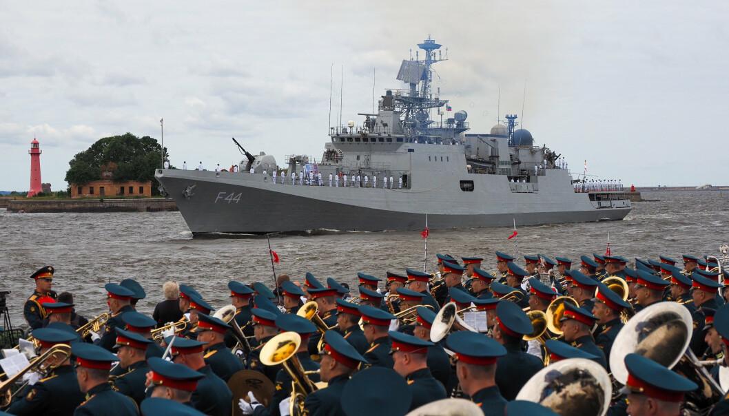PARADE: Den indiske fregatten INS Tabar deltok i den russiske marineparaden 25. juli.