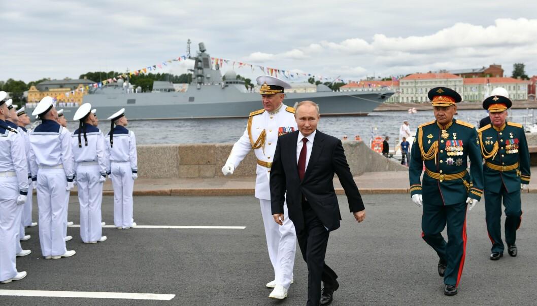 RUSSISK MARINE: Vladimir Putin deltok på paraden sammen med forsvarsminister Sergei Shoigu (nummer to fra høyre) og sjef for den russiske marinen, Admiral Nikolaj Jevmenov (til venstre).