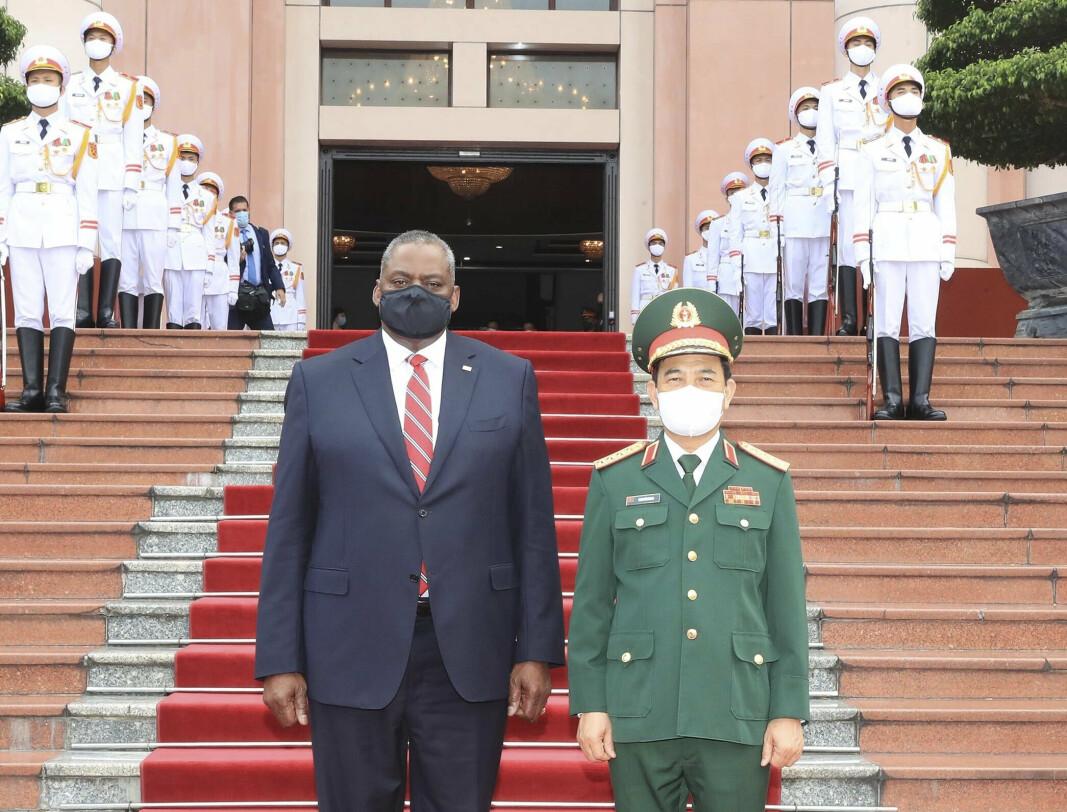 DISKUTERTE KINA: USAs forsvarsminister Lloyd Austin med Vietnams Phan Van Giang i Hanoi. De diskuterte hvordan de skulle forholde seg til Kinas innflytelse i regionen.