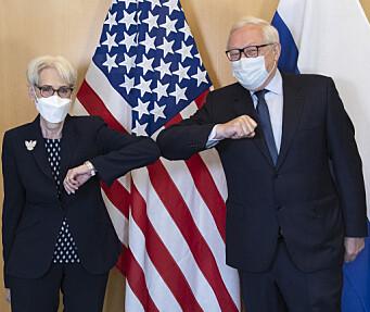 HILSER: USAs viseutenriksminister Wendy Sherman og Russlands viseutenriksminister Sergej Rjabkov hilste ved starten av samtalene i Genève onsdag.