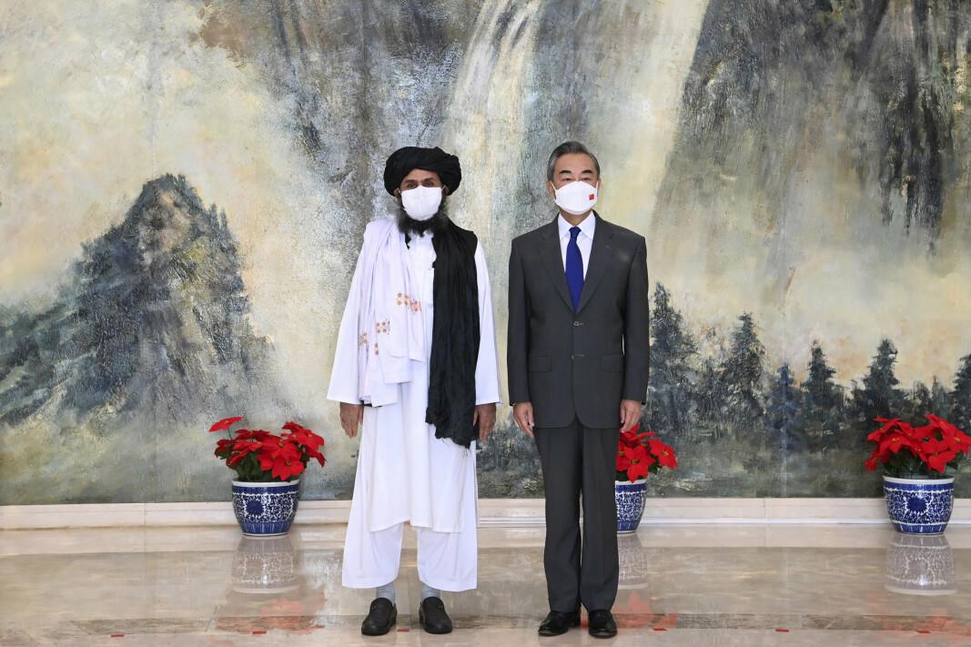MØTES: Mullah Abdul Ghani Baradar, en av Talibans grunnleggere, og Kinas utenriksminister i Tianjin i Kina 28. juli.