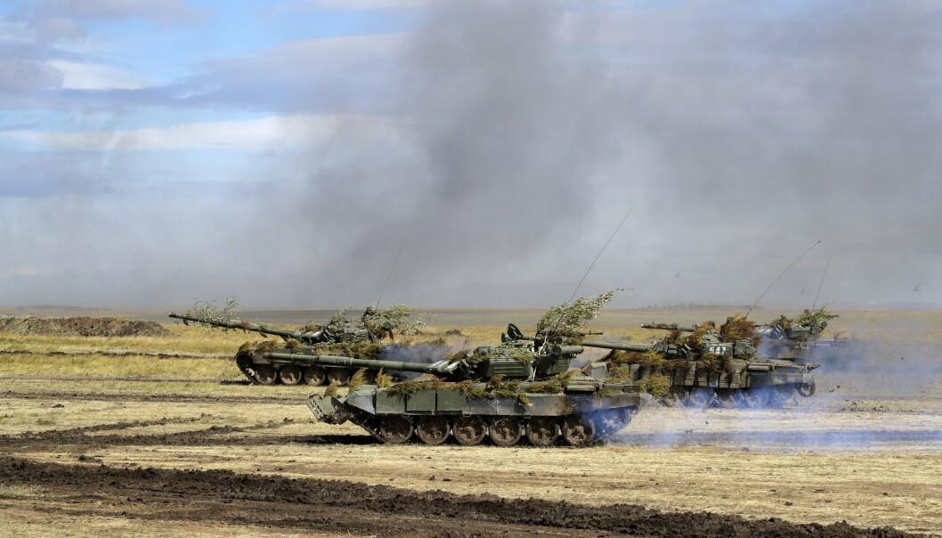 ØVELSE: Russland skal både holde øvelse og bistå Tadsjikistan på grensa til Afghanistan. Bilder viser russiske stridsvogner under en øvelse i Sibir i 2018.