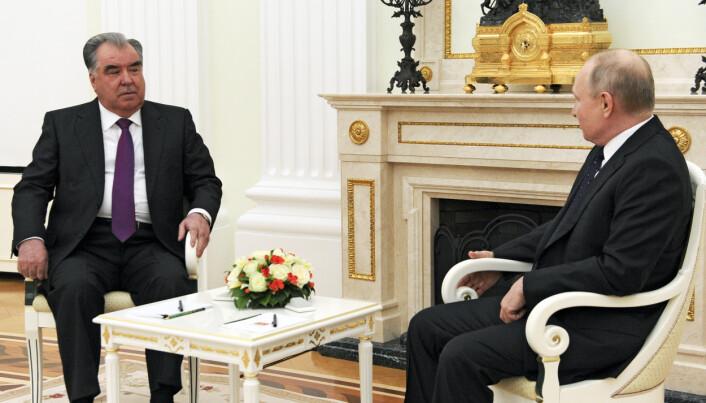 PRESIDENTER: Russlands president Vladimir Putin (t.h) i samtale med Tadsjikistans president Emomali Rakhmon under et møte i Moskva i mai.