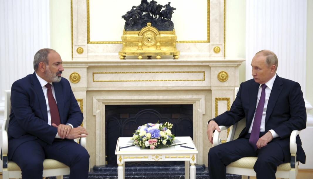 BER OM HJELP: Den russiske presidenten Vladimir Putin (t.h) i samtale med Armenias fungerende statsminister Nikol Pashinyan under et møte i Moskva 7. juli 2o21. Nå ber Pashinyan Russland om å sende styrker til grensen mot Aserbajdsjan.