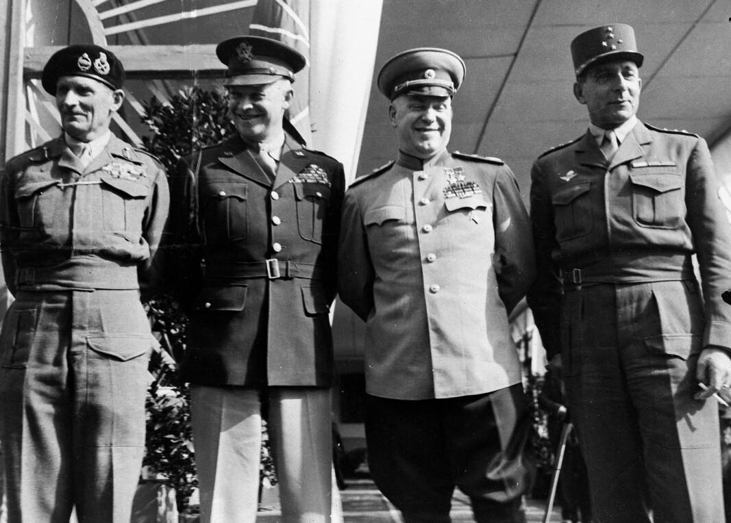 GENERALER: Feltmarskalk Bernard Montgomery fra Storbritannia, general Dwight D. Eisenhower fra USA, general Georgij Zjukov og Frankrikes general Jean de Lattre de Tassigny utenfor det sovjetiske hovedkvarter i Berlin 5. juni 1945.