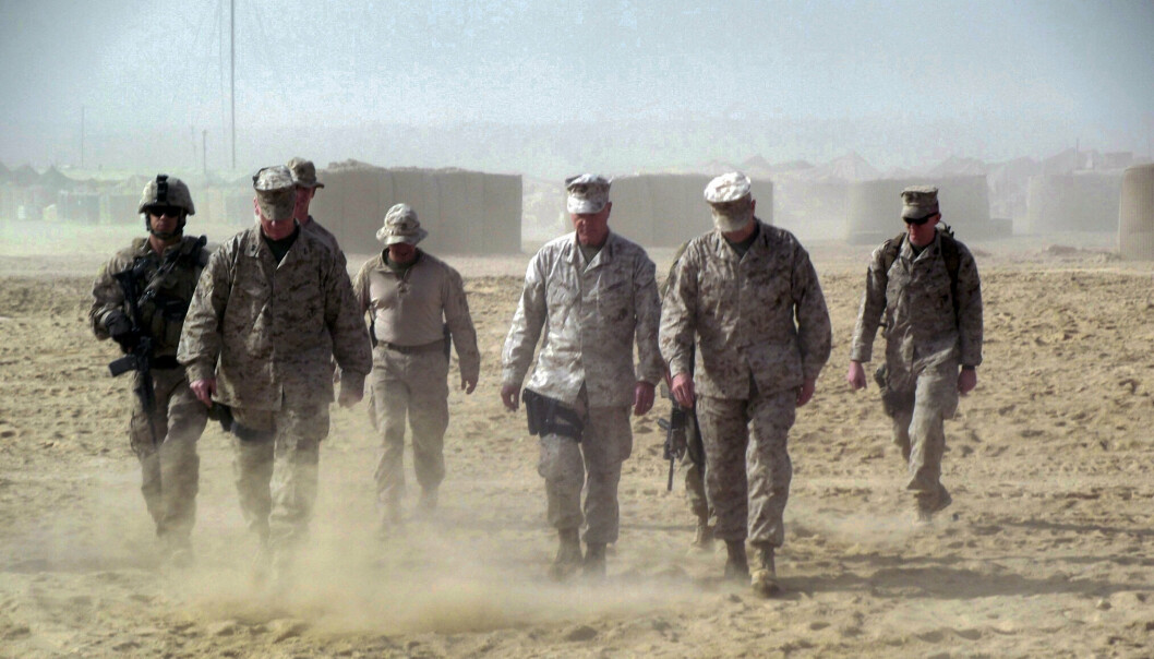 HOVMOD: Amerikanerne kom til Afghanistan med hovmod og trodde de kunne skape et lite stykke Norge, mener granskeren av krigsinnsatsen i Afghanistan. Løgner og selvbedrag gjorde at ingen så hvor galt det bar hen, mener han. Her er general James Amos med soldater i Helmand-provinsen i 2011.