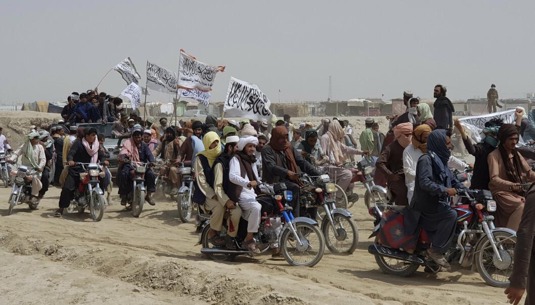 KONTROLL: Taliban-støttespillere veiver med flagg etter at opprørerne i forrige måned tok kontroll over en strategisk viktig grenseovergang mellom Afghanistan og Pakistan.