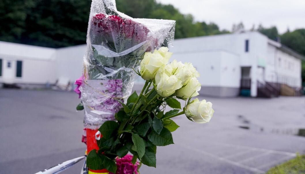 TERROR: Blomster utenfor moskeen Al-Noor Islamic Centre i Bærum etter terrorangrepet i 2019.