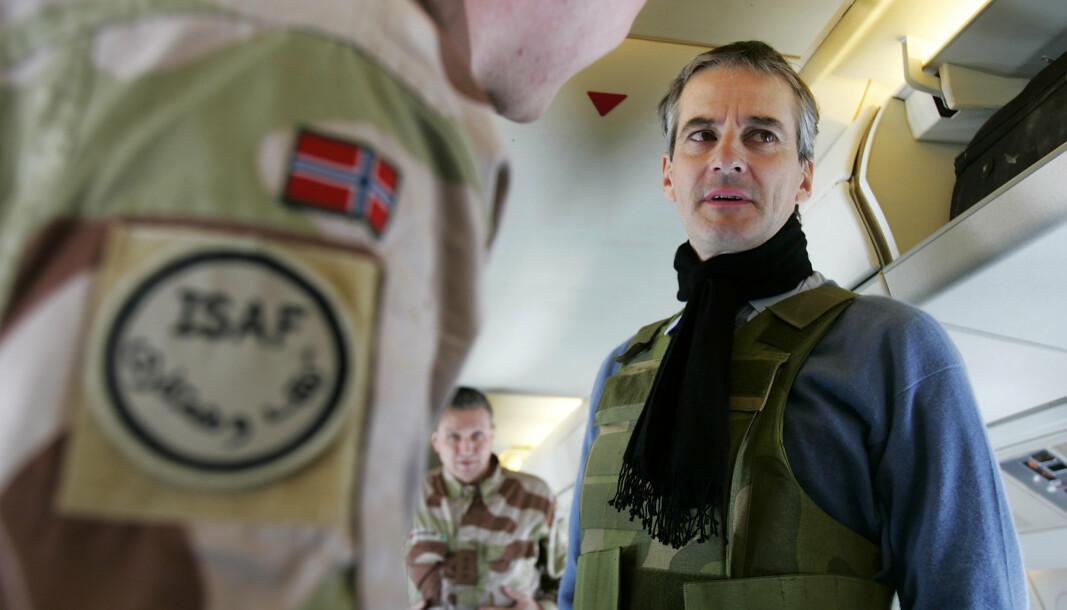 UTENRIKSMINISTER: Jonas Gahr Støre har vært utenriksminister i sju av årene Norge har vært i Afghanistan. På bildet har Støre tatt på seg en skuddsikker vest i forbindelse med et besøk i 2007.