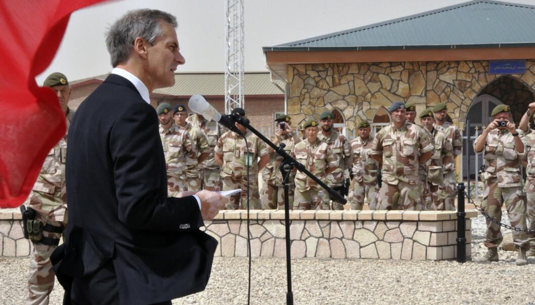 HEDRET DE FALNE: Utenriksminister Jonas Gahr Støre var i Mazar-i-Sharif i Afghanistan i 2011, for å hedre de falne norske soldatene. Siden 2001 har 10 norske soldater mistet livet i Afghanistan.