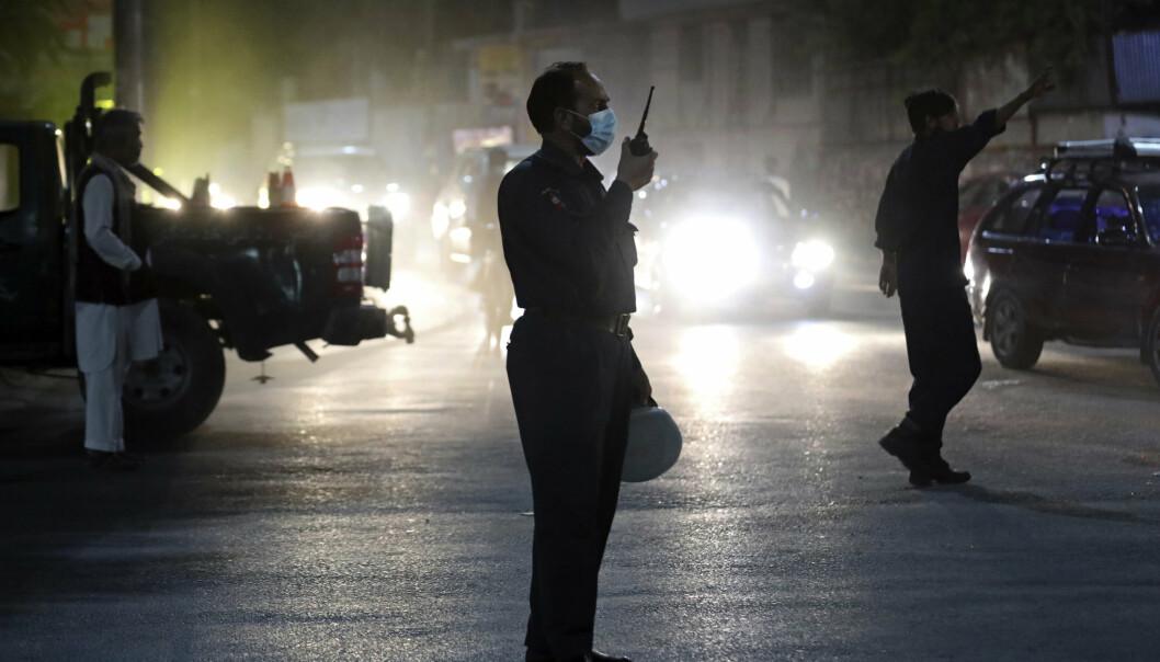 ANGREP: Afghanske sikkerhetsstyrker på stedet der en bilbombe eksploderte tirsdag kveld.