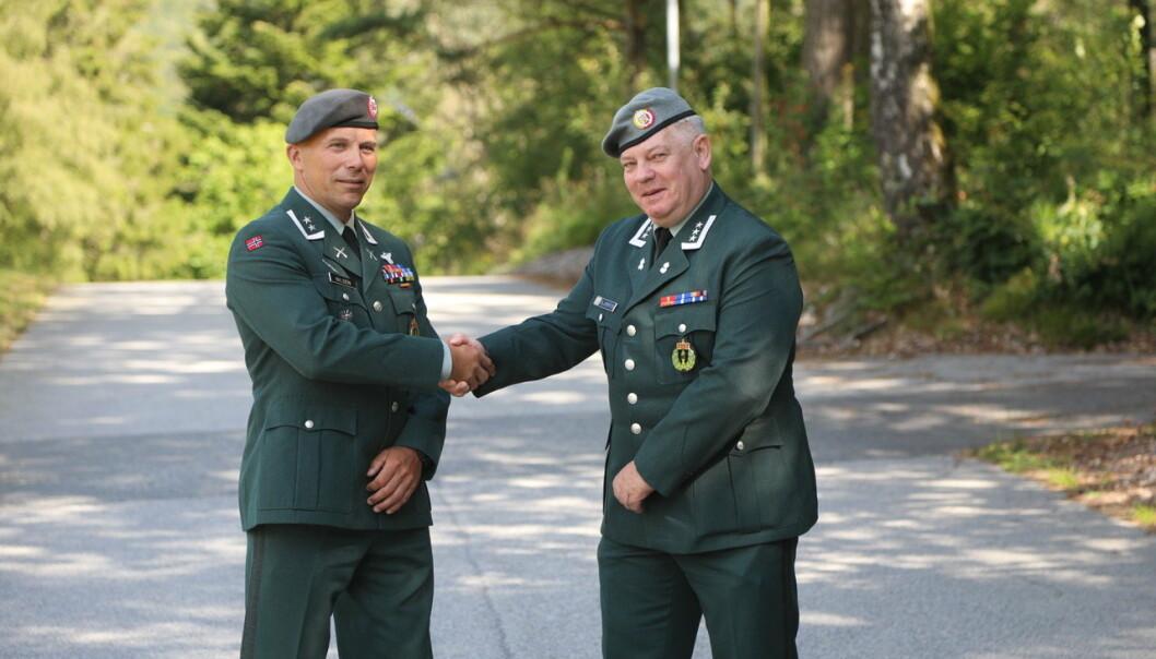 SJEFSBYTTE: Oberstløytnant Øystein Fossum Nilsen (t.v.) tar over som sjef i HV-08 for oberst Arild Siljebråten.