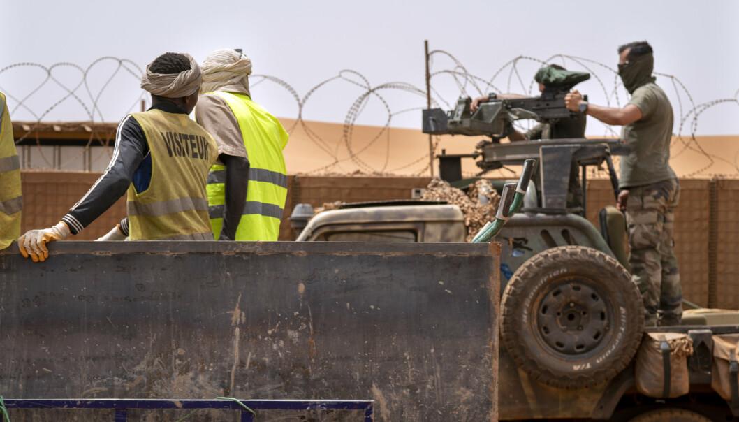 SAHEL FRANSK MILITÆR- Franske kommandoer fra Barkhane styrker et maskingevær på en kamuflert pickup mens maliske arbeidere kjører forbi før de drar på et oppdrag fra basen deres i Gao, Mali