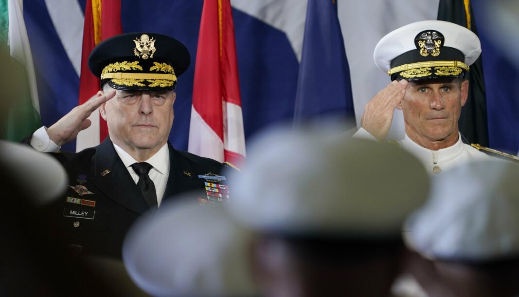 RELASJONSBYGGING: Viseadmiral Andrew Lewis (t.h.) i den amerikanske marinen mener relasjonsbygging i Arktis er viktig for at området ikke skal bli preget av konflikt. Bildet er fra en markering ombord på USS Kearsarge.
