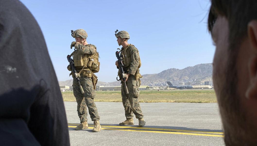 SOLDATER: Amerikanske soldater holder vakt på flyplassen i Kabul. Så langt har USA evakuert 3.200 mennesker fra landet.