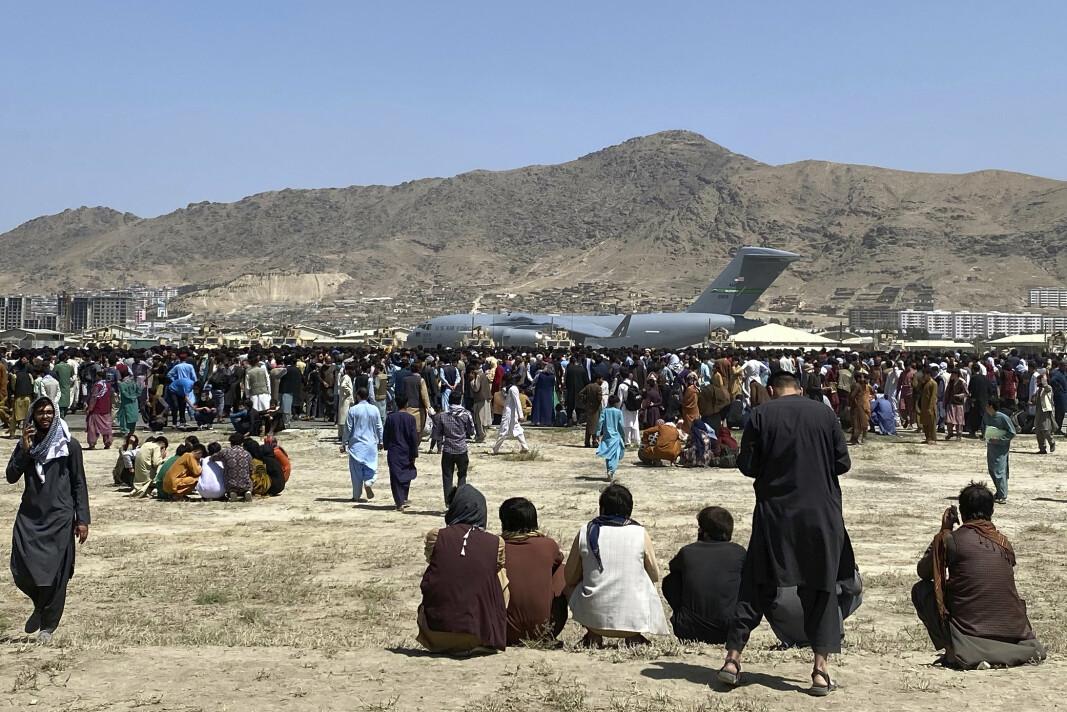 FLYPLASSEN: Mengder av folk har samlet seg ved Hamid Karzai internasjonale lufthavn i Kabul.