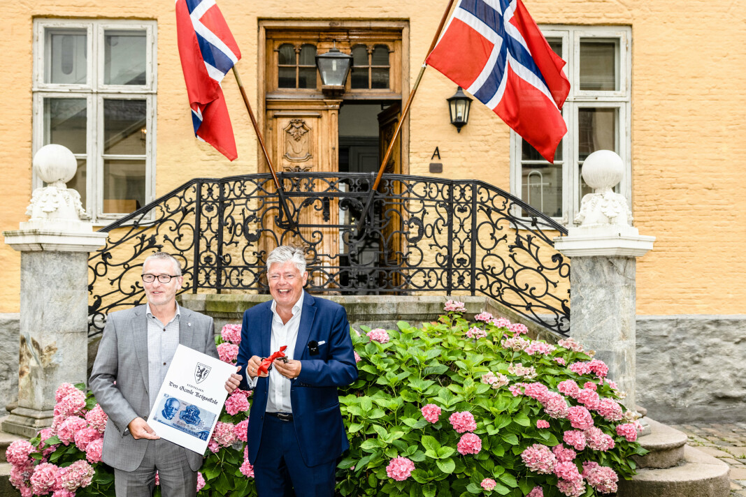 NØKKEL: Direktør i Forsvarsbygg Thorbjørn Thoresen (t.v.) overrakte nøkkelen til styreleder Ole Rikard Høisæther.