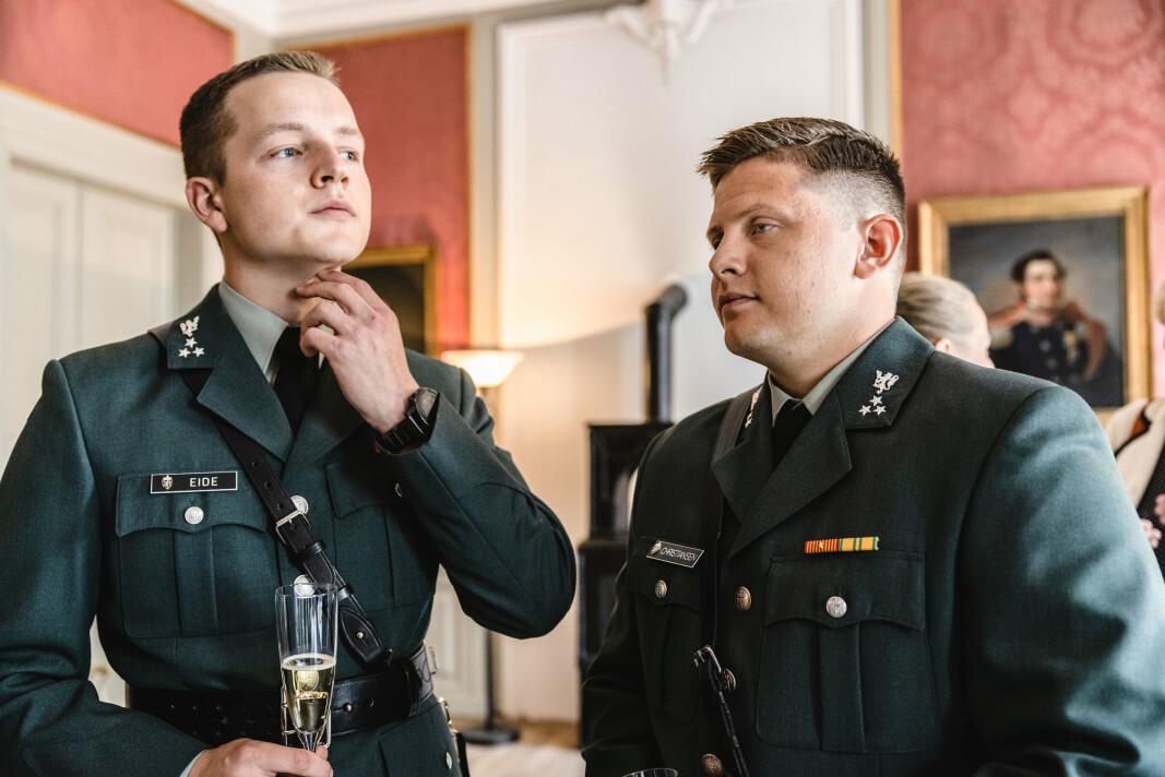 KLARE: Kadettene Oliver Eide (t.v.) og Sivert Christiansen er klare for å ta Den Gamle Krigsskolen i bruk.