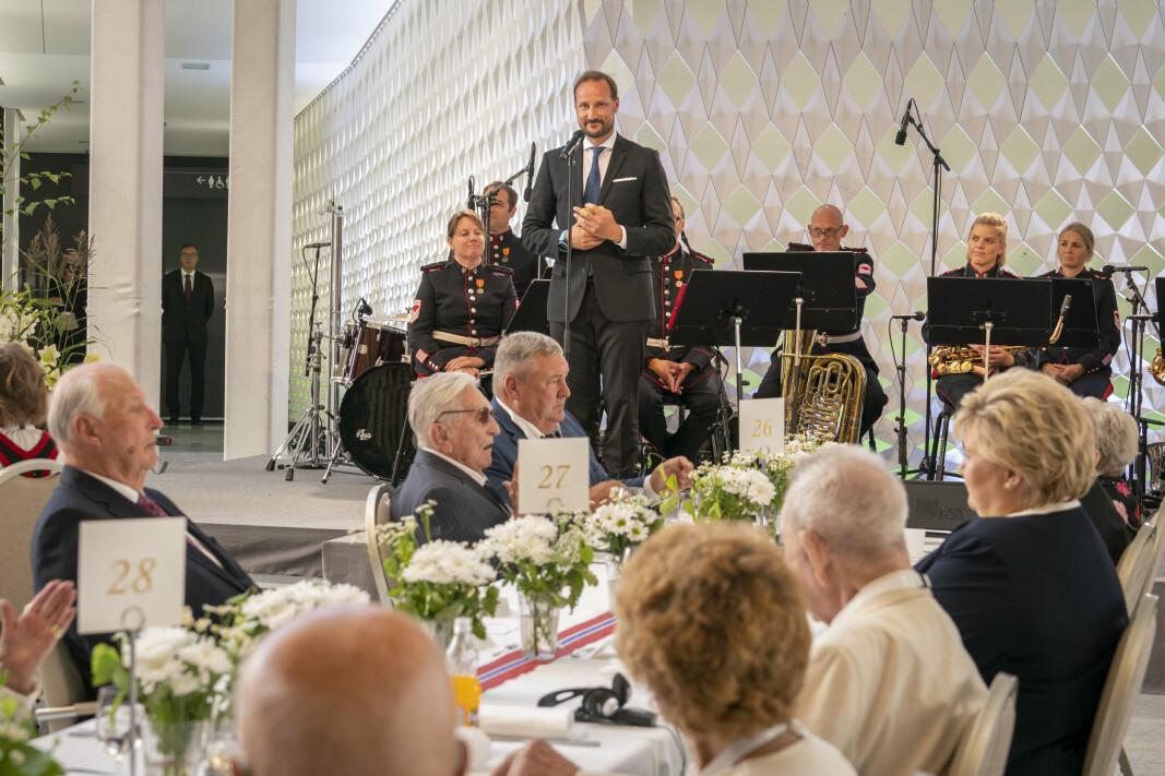 TALER: Kronprins Haakon taler under regjeringens lunsj for krigsseilere, veteraner og tidsvitner fra 2.verdenskrig i Operaen i Oslo torsdag. Fjorårets 75 års markering ble utsatt på grunn av koronapandemien.