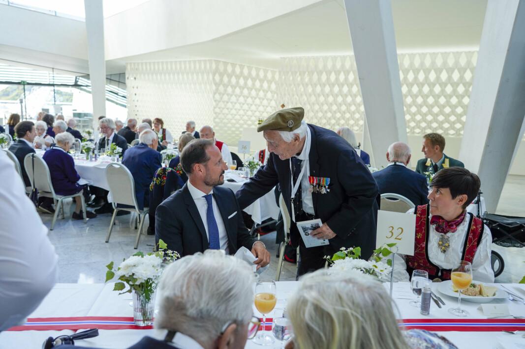SAMTALE: August Rathke i samtale med kronprins Haakon og utenriksminister Ine Marie Eriksen Sreide under regjeringens lunsj for krigsseilere, veteraner og tidsvitner fra 2.verdenskrig i Operaen i Oslo torsdag.