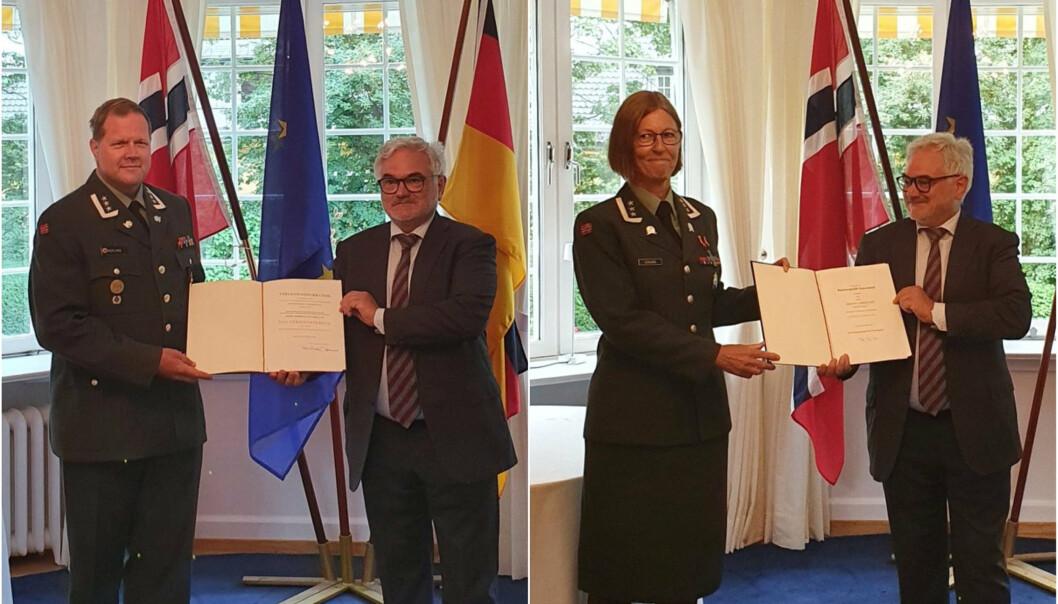 SEREMONI: Fredag 13. august mottok Bjørn Gaute Herlyng (t.v) og Ingvill Eidsvåg sine utmerkelser i den tyske ambassadørens residens i Oslo. Begge avbildet sammen med den tyske ambassadøren, Alfred Grannas.