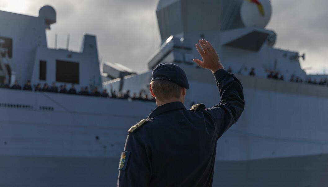 FARVEL: Marinesjef Trond Gimmingsrud hilser besetningen på KNM Fridtjof Nansen farvel. Onsdag seilte fregatten fra Haakonsvern mot USA.