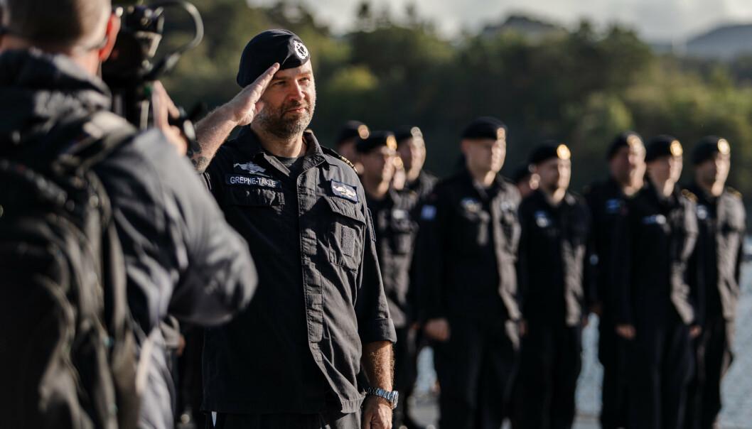 SKIPSSJEF: Kommandørkaptein Ruben Grepne-Takle på oppstilling rett før avgang.