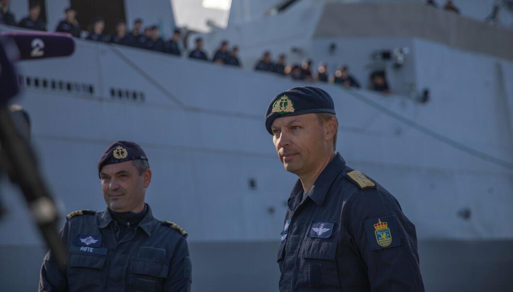 SJEFER: Skvadronssjef Røte og sjef for Marinen Gimmingsrud (t.h) står igjen på kaien når KNM Fridtjof Nansen setter kurs mot USAs vestkyst.