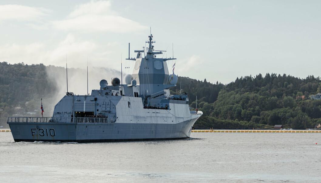 PÅ VEI: Fregatten ble eskortert ut i fjorden av flere mindre fartøy, alt til Sjøforsvarets musikkorps spill.