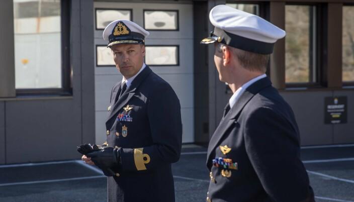 TRER AV: Sjef Marinen, flaggkommandør Trond Gimmingsrud (t.v), takker av avtroppende sjef MDK, kommandørkaptein Frank Børresen.