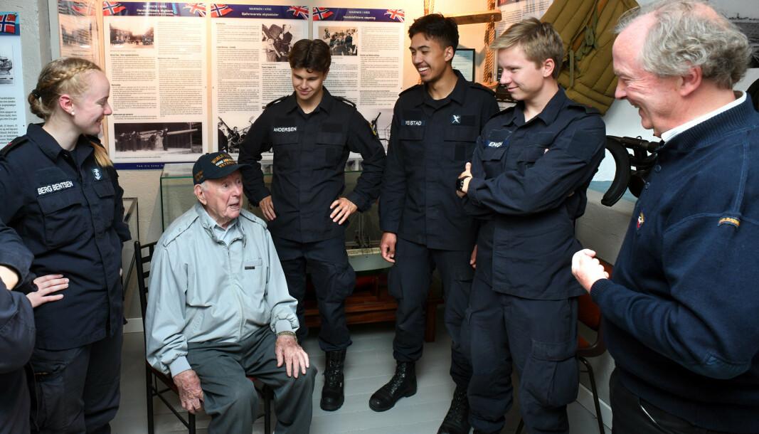 KRIGSSEILER: På Marinemuseet i Horten fikk krigsseiler Trygve Hansen møte mannskaper fra Kystvakten.