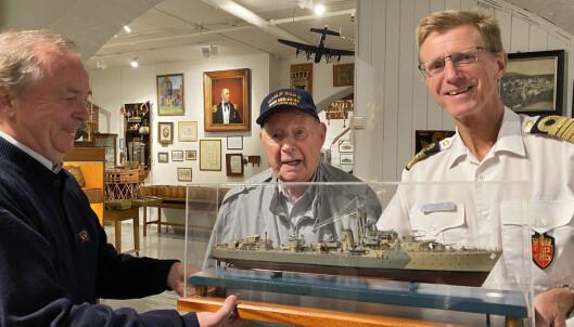 MODELL: David Wold, Trygve Hansen og Hans Petter Oset studerer en modell av den norske jageren Stord. Den ble laget av Asbjørn Nilsen om bord på Stord i 1945.