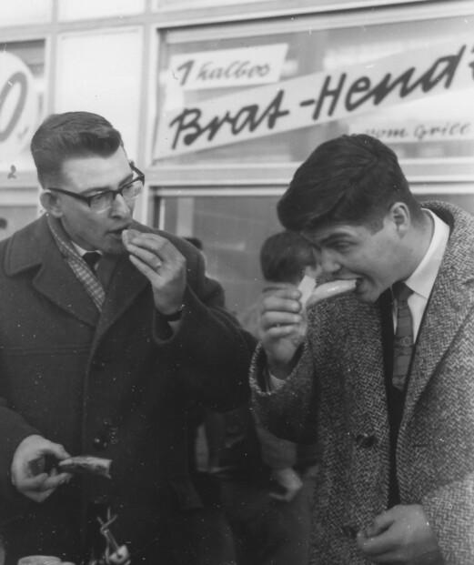 To av pionerane i Detachment A. smakar på den lokale maten i 1960.