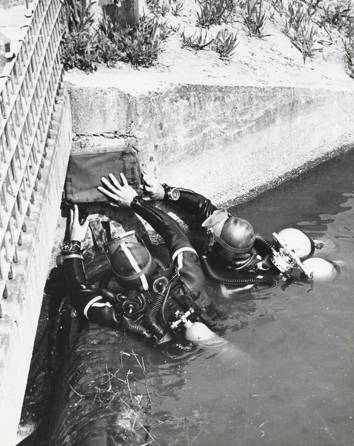 Alt på 1960-talet byrja ein med forskemannsteneste i Det A. Her øver dei på sprenging av ei bru over ein av Berlins kanalar.