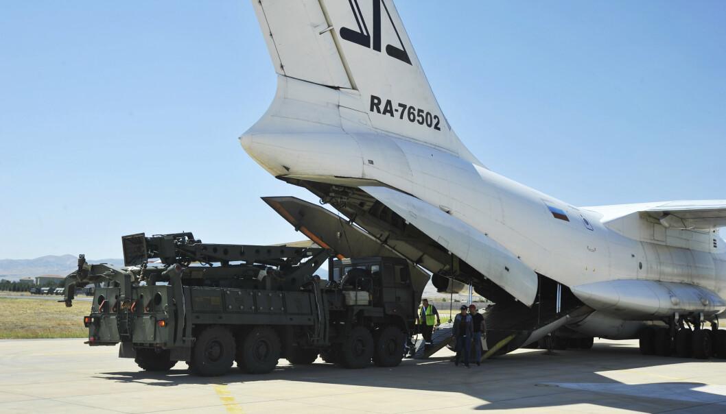 2019: Et russisk transportfly laster av deler av luftvernsystemet S-400, på Murted militære flyplass utenfor Ankara, Tyrkia. Nå vil Tyrkia kjøpe flere av disse, til tross for kritikken de har mottatt.